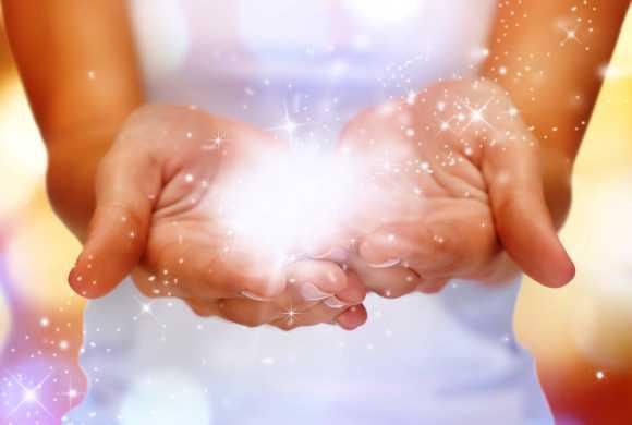 Deux mains remplies de scintillements, de multiples lumières de bonheur.