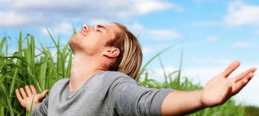De bonheur, un jeune homme s'ouvre à la joie, la beauté, l'inspiration de la nature.